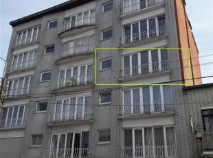 Situé dans le centre de Waremme, appartement 2 chambres, grand séjour, cuisine, salle de douche, petit balcon, cave et garage. loyer 650
