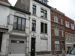 Situé à deux pas du centre de Waremme, appartement au 1er étage comprenant: cuisine, salon, 1 chambre et salle de bain. Provision