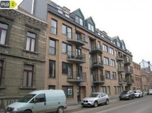 Agréable duplex relativement récent de 152 m² dans le centre de Jodoigne, comprenant un beau hall d'entrée, grand séj