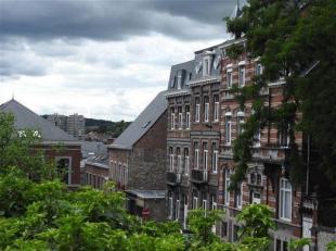 A deux pas de la Grande Place de Huy, magnifique appartement très lumineux, situé au 3ème étage dans une maison bourgeoise