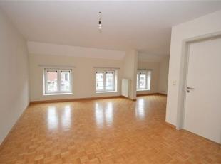 Huy centre:  bel appartement duplex.<br /> Il comprend un grand living lumineux en L, avec vue sur la place St Remy.<br /> Une cuisine équip&ea