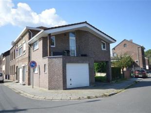 Amay: Belle maison 3 façades, style bel étage comprenant 2 garages. Elle se compose d'un hall d'entrée, spacieux living, grande c