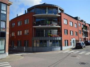 Situé au 3ème étage d'une récente résidence, à proximité immédiate du centre de Huy, superbe a