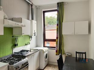 Appartement 1 chambre de 40 m² composé de : cuisine avec frigo, four, hotte, évier et machine à laver, salle de bain avec do