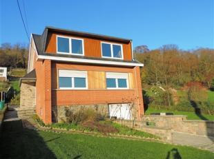Jolie maison pleine de charme comprenant au rez: beau hall d'entrée avec WC, grand séjour avec poêle à bois, cuisine full &