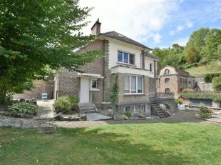 Superbe maison de caractère rénovée avec goût et disposant d'un beau jardin arboré et de deux garages individuels. &