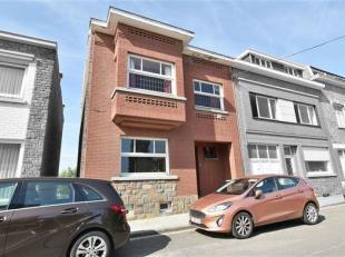 Dans un quartier calme d'Amay et proche de toutes commodités, cette maison 3 façades se compose comme suit : hall d'entrée, livin