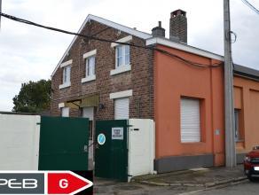 Dans un endroit calme, maison 3 façades avec grand garage 70 m² et jardin.
