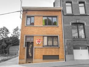 Maisonsemi-mitoyenneenbon étatde179 m²habitables composée de2à3chambres,2 garages et terrasse. Cette spacieuse maison est &e