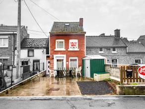 Maison mitoyenne enbon étatcomposée de2 chambres,cuisine équipée récente,courde 46 m² etparkingà l'avan