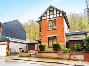 La maison est composée d'un hall d'entrée donnant d'un côté sur la buanderie, le garage et la véranda, et d'un autre