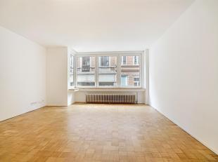 Situé au 1er étage, dans un immeuble avec ascenseur, appartement de 50 m² entièrement rénové composé d'