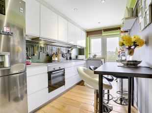 L'appartement est composé d'un hall d'entrée desservant le lumineux séjour de 23 m², la cuisine avec accès au premier