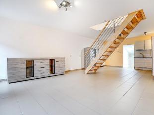 L'entrée est commune par la porte de garage motorisée ou par la porte avec un hall commun. L'appartement est composé d'un hall d'