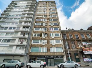 L'appartement est situé au 10ème étage et possède une vue splendide. Il est composé d'unhall d'entrée desser