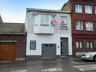 Immeuble en bon état composé de 2 habitations, jardin et garage, situé à proximité des commodités (magasins,
