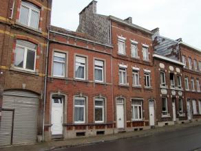 Maison d'habitation cinq chambres avec cour et jardin, offrant de beaux volumes.<br /> Composition :<br /> - sous-sol : caves;<br /> - rez : hall d'en