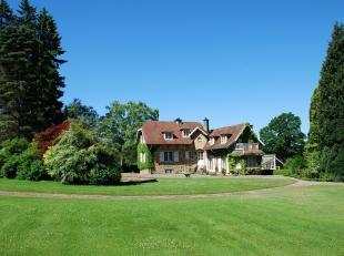 BIEN D'EXCEPTION : superbe villa bourgeoise de caractère en pierres du pays, sur un grand terrain plat et arboré. Ce bien de charme offr