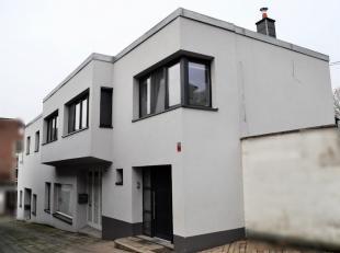 Immeuble mixte entièrement rénové comprenant un grand appartement trois chambres avec terrasse, une salle d'exposition (ou garage