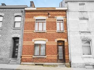 Proche du centre de Welkenraedt, cette maison à rénover dispose de 4 chambres et d'un jardin.Le hall d'entrée mène &agrave