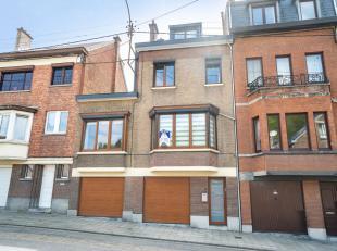 Grande maison 4 chambres, entièrement rénovée, avec un beau jardin, une terrasse en kinkers de 28 m², deux garages. Composit