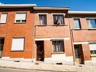 Maison deux façades avec jardin et terrasse, deux chambres. Composition :- sous-sol : cuisine, salle de bains, une cave ;- rez : hall dentr&eac