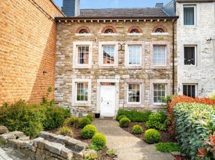 En plein centre de Dolhain, charmante maison datant de 1650 avec cour et atelier.La maison se compose au rez-de-chaussée d'un vaste hall d'entr