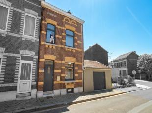 Jolie maison trois façades en bon état, avec jardin, terrasse et garage.Composition :- sous-sol : hall, trois caves ;- rez : hall dentr&