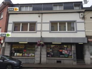 Immeuble à 2 appartement et un rez commercial avec espace bureau (Revenu locatif : 1280euro/mois). 1er Etage : 2 chambres, living, coin cuisine