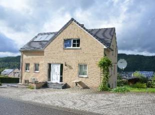 A vendre Malmedy, dans un quartier rsidentiel, belle grande maison quatre faades se composant comme suit : - AU REZ-DE-CHAUSSEE : un hall dentre (10 m