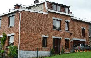 A vendre, maison mitoyenne se composant comme suit : - REZ-DE-CHAUSSEE : un hall dentre (8,17 m), une cuisine quipe (12,55 m), un sjour (24 m), une bu