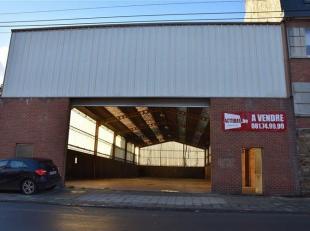 JAMBES<br /> - Avenue de la Dame, 13Vaste entrepôt de<br /> +/- 700 m2 (47 m de profondeur sur 14,5 m de largeur) avec 5,7 m de<br /> hauteur su