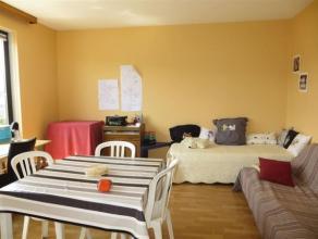 NAMUR... Lumineux appartement 3 chambres  situé en bord de Sambre, à deux pas de la gare, du centre-ville et des écoles.<br />