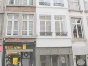 Dans une rue commerçante du centre ville, au rez-de-chaussée d'une ancienne maison du 19ième siècle, nous vous proposons u