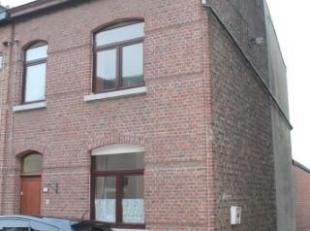 Dans une rue en cul-de-sac sur les hauteurs de Namur, nous proposons une maison de ville 3 façades avec jardin. Son rez-de-chaussée se c