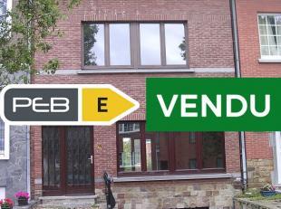 Bonne de maison de ville dans un quartier calme  REZ (carrelage): hall dentrée avec wc séparé (8 m²); living (28 m²) av