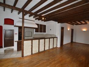MARCINELLE : Duplex avec 2 chambres à proximité de toutes commodités. COMPOSITION : hall d'entrée, séjour avec coin