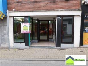 Rez commercial situé dans une rue commerçante de Gosselies pour tout commerce (à l'exception d'un snack, night shop), pouvant &ea