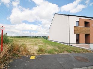 Superbe terrain bien plat, idéalement situé dans un endroit calme pour maison 3 façades. Possibilité d'habitation comprena