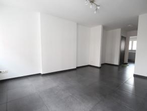RENSEIGNEMENT UNIQUEMENT AU 0489/98.38.50. Superbe appartement duplex 2 chambres idéalement situé au coeur de Fleurus. Hall d'entr&eacut