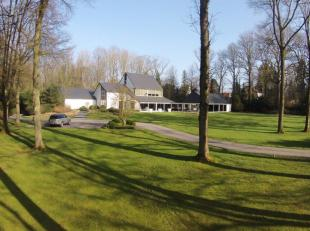 (Gerpinnes): Une venelle privée conduit à la propriété de grand standing située dans un parc arboré de 3 hec