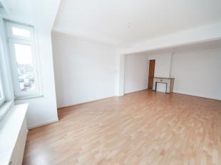 (prox centre) spacieux appartement 3 chambres remis à neuf avec garage et cave. Hall, (wc et vestiaire), spacieux et lumineux living, cuisine &