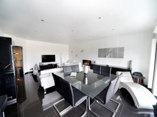 Splendide appartement 2 chambres en excellent état offrant une finition de grande qualité : Hall d'entrée (wc- vestiaire), spacie