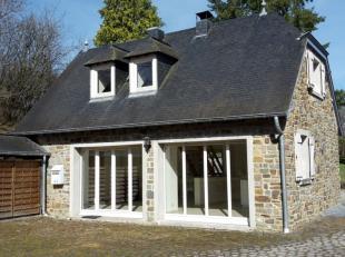 Maison située dans un endroit calme. Elle se compose au rez d'une cuisine équipée, salon (avec placards) et wc sépar&eacut