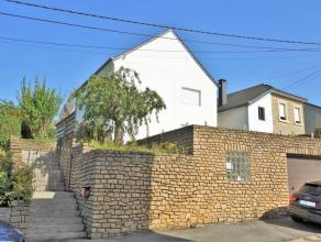 Maison située dans un quartier calme d'Arlon, proche du centre et grands axes. Composée d'un hall d'entrée, un salon-salle &agrav
