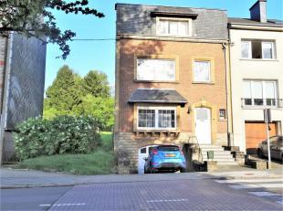 Maison idéalement située, proche du centre-ville, école, gare et grands axes. Composée d'un hall d'entrée, un wc s&