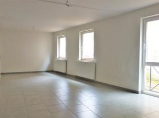 Appartement duplex de 2007 situé dans le centre-ville. Composé d'un hall d'entrée avec son espace vestiaire, un wc sépar&e