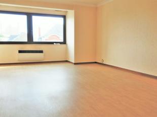 Appartement composé d'un hall d'entrée, un grand séjour, une cuisine donnant accès à une première terrasse.