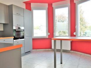 Appartement composé d'un hall d'entrée, une cuisine entièrement équipée et un séjour. Une grande chambre, un