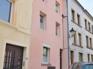 Maison 4 chambres située dans le centre-ville d'Arlon. Composée d'un hall d'entrée, un séjour, et un espace cuisine. Ainsi